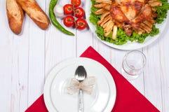 在木桌上的自创烤整个火鸡感恩的 库存照片