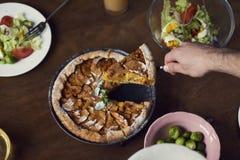 在木桌上的自创苹果柑橘饼 准备对吃 免版税库存照片