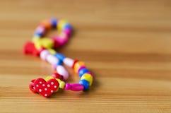 在木桌上的色的小珠 库存图片