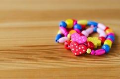 在木桌上的色的小珠 免版税库存照片