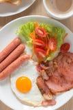 在木桌上的英式早餐 免版税库存图片