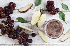 在木桌上的苹果计算机葡萄饮料 免版税库存图片