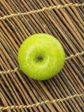 在木桌上的苹果计算机 免版税库存照片