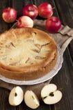 在木桌上的苹果饼 免版税库存照片