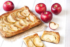 在木桌上的苹果饼 免版税库存图片
