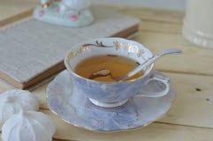 在木桌上的茶杯 免版税库存图片