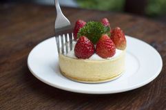 在木桌上的草莓蛋糕 免版税库存照片