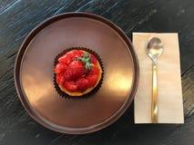 在木桌上的草莓馅饼 免版税图库摄影
