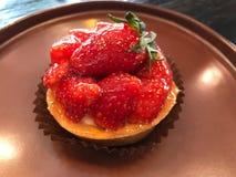 在木桌上的草莓馅饼 免版税库存照片