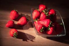 在木桌上的草莓 免版税库存照片