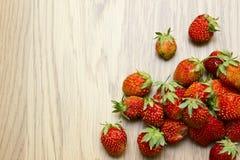 在木桌上的草莓 库存图片