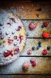 在木桌上的莓果馅饼 库存照片