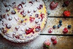 在木桌上的莓果馅饼 免版税库存照片