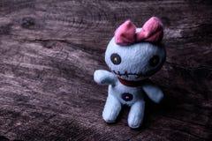 在木桌上的葡萄酒邪恶的鬼的玩偶 免版税库存照片