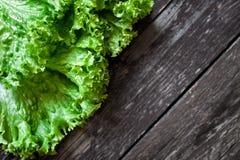 在木桌上的蔬菜沙拉 库存照片
