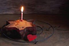 在木桌上的蛋糕 库存照片
