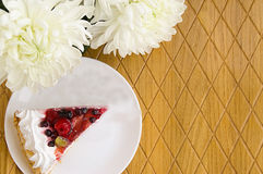 在木桌上的蛋糕 免版税图库摄影