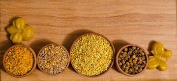 在木桌上的蜂产品 免版税库存照片