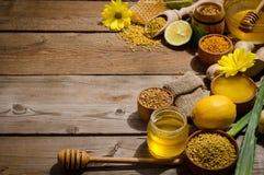 在木桌上的蜂产品 免版税图库摄影