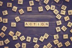 在木桌上的行动词企业概念的 库存图片