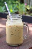 在木桌上的被冰的咖啡 免版税库存照片
