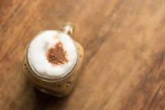在木桌上的被冰的热奶咖啡在咖啡店餐馆 库存图片