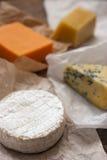 在木桌上的被分类的乳酪 库存图片