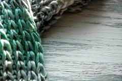 在木桌上的被编织的围巾纹理 免版税库存图片