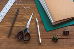 在木桌上的装订工具 库存图片