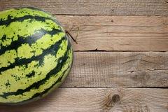 在木桌上的西瓜 库存照片
