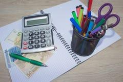 在木桌上的计算器和金钱泰国钞票 财政规划,储款的概念 免版税库存图片