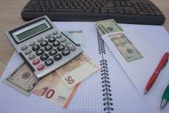 在木桌上的计算器和金钱泰国钞票 财政规划,储款的概念 库存图片