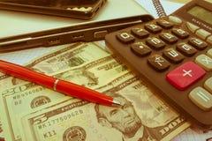 在木桌上的计算器和金钱泰国钞票 财政规划,储款的概念 库存照片