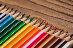 在木桌上的许多不同的色的铅笔 免版税库存图片