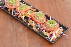 在木桌上的辣泰国虾沙拉 库存照片