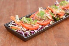 在木桌上的辣泰国虾沙拉 免版税库存照片