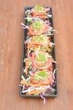 在木桌上的辣泰国虾沙拉 免版税图库摄影