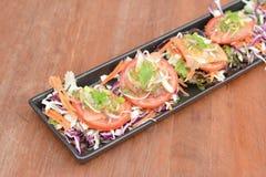在木桌上的辣泰国虾沙拉 库存图片