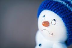 在木桌上的逗人喜爱的雪人 免版税库存照片