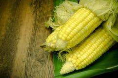 在木桌上的通入蒸汽的新鲜的玉米 免版税库存图片