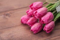 在木桌上的郁金香花 免版税库存图片