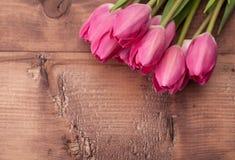 在木桌上的郁金香花 免版税库存照片