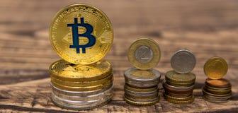 在木桌上的金黄bitcoin谎言与简单的硬币堆 库存照片