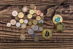 在木桌上的金黄bitcoin谎言与简单的硬币 免版税库存图片