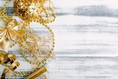 在木桌上的金黄圣诞节装饰 免版税库存图片