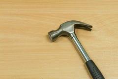 在木桌上的铁锤子 免版税图库摄影