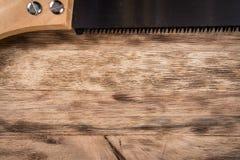 在木桌上的锯 背景 免版税库存照片