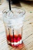 在木桌上的闪耀的樱桃苏打 库存图片