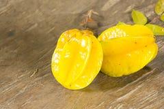 在木桌上的阳桃 健康的果子 关闭 库存照片