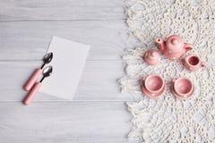 在木桌上的陶瓷器物 免版税库存图片